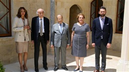 Aoun welcomes Jumblatt in Beiteddine