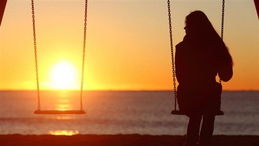 What to Do When You Feel Lonely, According to Therapists